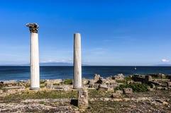 Tharros废墟在地中海,撒丁岛,意大利前面的 库存图片