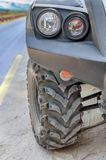 THASSOS主路,希腊- 9月03日摩托车ATV在Thassos肮脏的路的方形字体摩托车在sptember 03日2015年在Thassos 库存图片