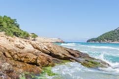 Thassos海岛希腊海岸  多岩石的海滩,蓝色海 库存图片
