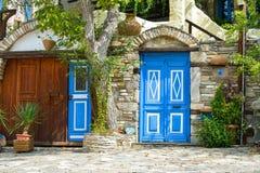 THASSOS,希腊- 2016年9月05日-传统房子在Thassos海岛,希腊上的一个村庄 库存照片