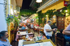 THASSOS,希腊- 2016年9月05日-室外小酒馆在Thassos海岛,希腊上的夜之前 免版税库存照片