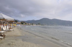 Thassos, 8月19日:从Thassos海岛的早晨海滩在希腊 库存照片