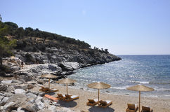 Thassos, 8月19日:从Thassos海岛的海滩场面在希腊 免版税库存图片