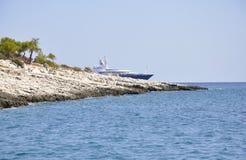 Thassos, 21-ое августа: Скала утесов на Эгейском море около острова Thassos в Греции стоковое изображение