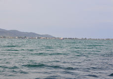 Thassos, 21-ое августа: Foreshore острова Thassos от круиза вокруг в Греции стоковые фотографии rf