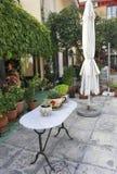 Thassos, 20 Augustus: De binnenplaats bloeit vertoning in Potos-dorp van Thassos-eiland in Griekenland Royalty-vrije Stock Foto's