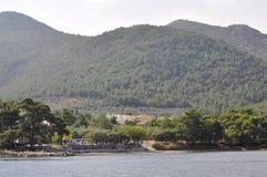 Thassos, 21 Augustus: Kustlijn van Thassos-eiland van cruise rond in Griekenland royalty-vrije stock foto's