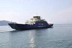Thassos, 21 Augustus: Veerboot op het Egeïsche Overzees dichtbij Thassos-eiland in Griekenland Royalty-vrije Stock Foto's