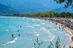 THASSOS, GRÈCE - 5 septembre 2016 - touristes sur la plage d'or en île de Thassos, Grèce Photographie stock libre de droits