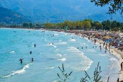 THASSOS, GRECIA - 5 settembre 2016 - turisti sulla spiaggia dorata nell'isola di Thassos, Grecia Fotografia Stock Libera da Diritti
