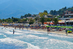 THASSOS, GRECIA - 5 settembre 2016 - turisti sulla spiaggia dorata nell'isola di Thassos, Grecia Immagini Stock