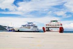 Thassos, Griechenland-Hafenansicht mit Fähren Lizenzfreie Stockfotografie