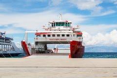 Thassos, Griechenland-Hafenansicht mit Fähren Lizenzfreie Stockfotos