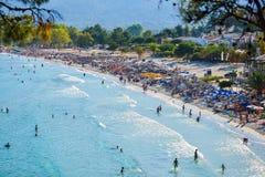 THASSOS, GRIECHENLAND - 5. September 2016 - Touristen auf dem goldenen Strand in Thassos-Insel, Griechenland Lizenzfreie Stockfotografie