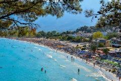 THASSOS, GRIECHENLAND - 5. September 2016 - Touristen auf dem goldenen Strand in Thassos-Insel, Griechenland Stockbilder