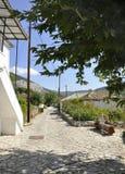 Thassos, le 23 août : Vue de rue de village de Theologos d'île de Thassos en Grèce Images stock