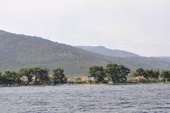 Thassos, Sierpień 21st: Foreshore Thassos wyspa od rejsu wokoło w Grecja Fotografia Stock