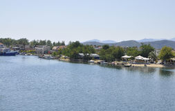 Thassos, Sierpień 21st: Limenas seashore od Thassos wyspy w Grecja obrazy royalty free