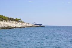 Thassos, Sierpień 21st: Skały faleza na morzu egejskim blisko Thassos wyspy w Grecja Fotografia Stock