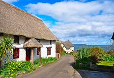 thatched cornwall stugor Arkivfoto
