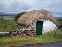 thatched donegal ireland skjul royaltyfria foton