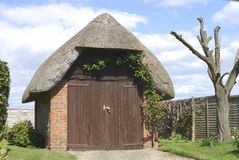 Thatched Garage nahe Bognor Regis.UK Stockbild