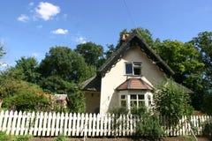 thatched stuga Arkivbilder