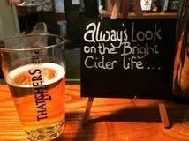 Thatchers Somerset äppeljuice i en landsbar Fotografering för Bildbyråer