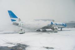 Thawing um plano no aeroporto de New York - em fevereiro de 2016 Imagem de Stock