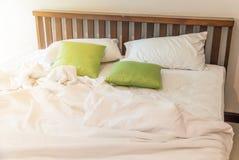 The†‹rynkar den smutsiga vita filten i sovrum, når det har vaknat upp i morgonen, smutsig sängkläder från, når det har sovit i  royaltyfri foto