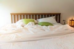 The†‹rynkar den smutsiga vita filten i sovrum, når det har vaknat upp i morgonen, smutsig sängkläder från, når det har sovit i  royaltyfria bilder