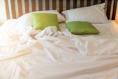 The†‹rynkar den smutsiga vita filten i sovrum, når det har vaknat upp i morgonen, smutsig sängkläder från, når det har sovit i  arkivfoto