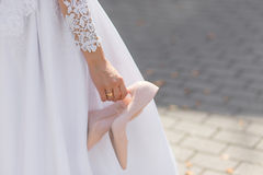 Free The Bride Took Off The Uncomfortable Shoes Royalty Free Stock Images - 98492939