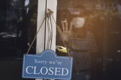 Free The Crisis Of Coronavirus While The  Cafe Small Business Shop And Closed Sign Royalty Free Stock Photo - 189894925