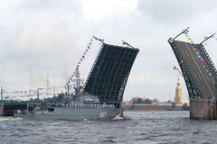 Free The First Minesweeper Of The New Generation Project 12700 `Alexander Obukhov` Approaches The Divorced Palace Bridge Royalty Free Stock Image - 98281936