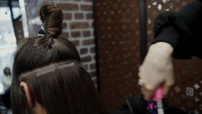 Free The Hairdresser Sticks The Artificial Hair To The Real Thing. The Process Of Hair Extension. 4K Royalty Free Stock Photo - 141345285