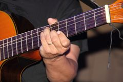 Free The Hands Of The Guitarist Make The Strings Of The Instrument Vibrate Royalty Free Stock Images - 151420989