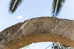 Free The Israeli Symbol - Menorah - Carved In Stone On An Arch At The Entrance To The Archaeological Site Of Tel Shilo In Samaria Royalty Free Stock Photography - 163091407