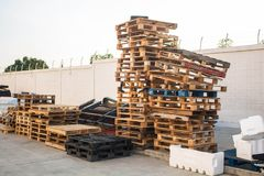 Free The Old Wood Pallets, Stacks Of Old Pallets Royalty Free Stock Photography - 111401227