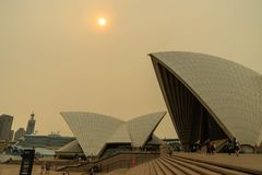Free The Sky And The Sun Over The Opera House Were Covered By Heavy Red Smoke From Bushfire, Australia 7-12-2019 Royalty Free Stock Photos - 165999618