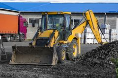 Free The Yellow All-wheel Drive Backhoe Loader Stands On The Yard Ready For Workind On Construction Site. Royalty Free Stock Photos - 163412918