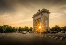 TheArch throuigh захода солнца триумфа Бухареста Румынии Arcul de triumf стоковая фотография rf