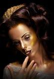 Theater. Actrice die - heldere gouden make-up handelt Royalty-vrije Stock Foto's