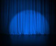 Theater donkerblauw gordijn of gordijn met licht royalty-vrije stock fotografie