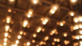 Theater en Overleg Hall Ceiling met Vage Retro Opvlammende de Markttentlichten van Bokeh in 1080p Van de binnenstad stock videobeelden