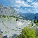 Theater en ruïnes van de Tempel van Apollo in Delphi Stock Afbeelding
