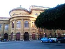 Theater Massimo van Palermo van de linkerkant wordt gezien die stock afbeelding