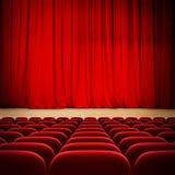 Theater rood gordijn op stadium met rode fluweelzetels stock foto's