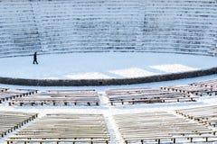 Theater van één acteur op een open sneeuw lege scène stock fotografie