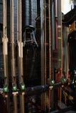 Theaterbühne hinter dem vorhang-Seil lizenzfreie stockbilder